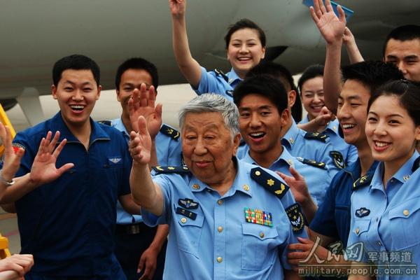 閻肅同志在空軍某專機部隊採訪創作,受到飛行員和專機服務人員的熱烈追捧  譚超攝