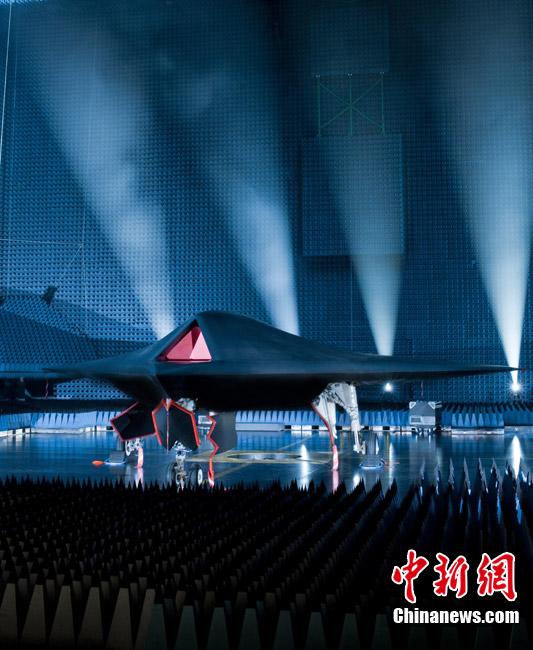 英国研发无人驾驶隐形战机公开亮相