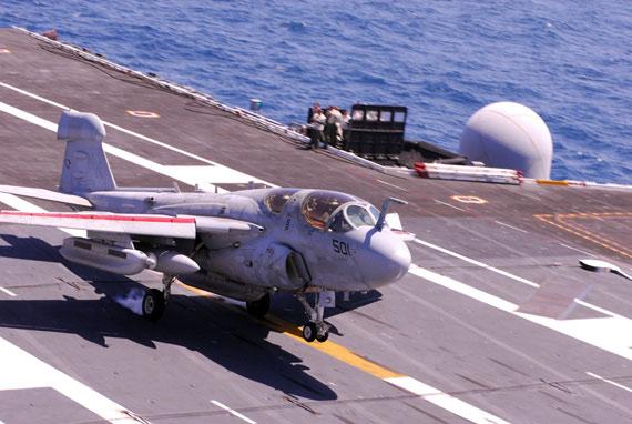ea-6b徘徊者电子战飞机降落在里根号