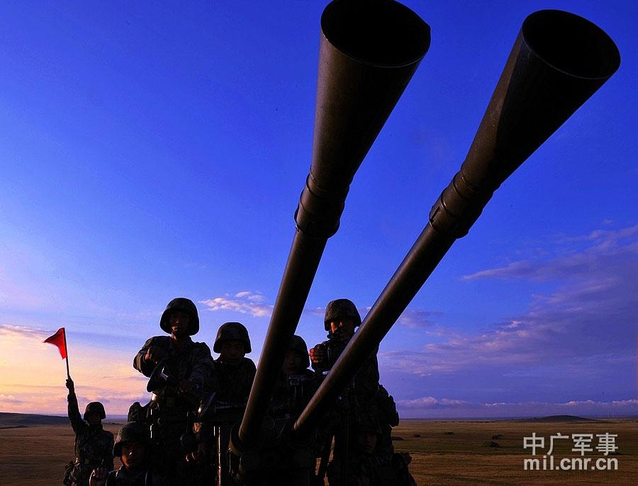 防空兵在配置地域进行防空警戒 董海军摄