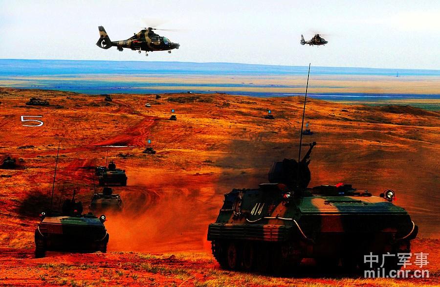 演习现场,装甲部队在航空兵的掩护下突破蓝军阵地。 董海军摄