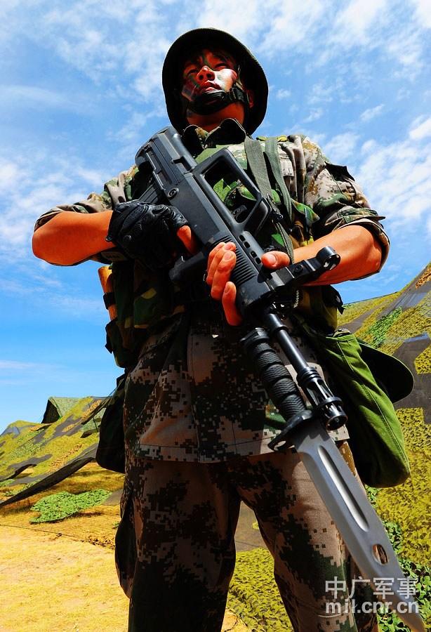 警戒分队在配置地域进行警戒 董海军摄