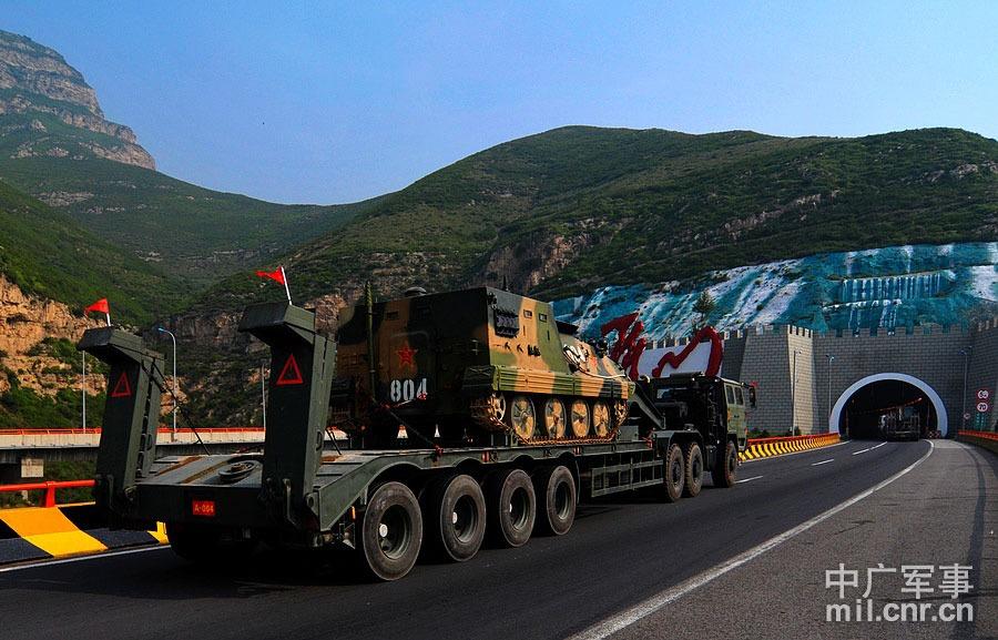 利用轮式运输车辆依托高速公路输送重型装甲装备 董海军摄
