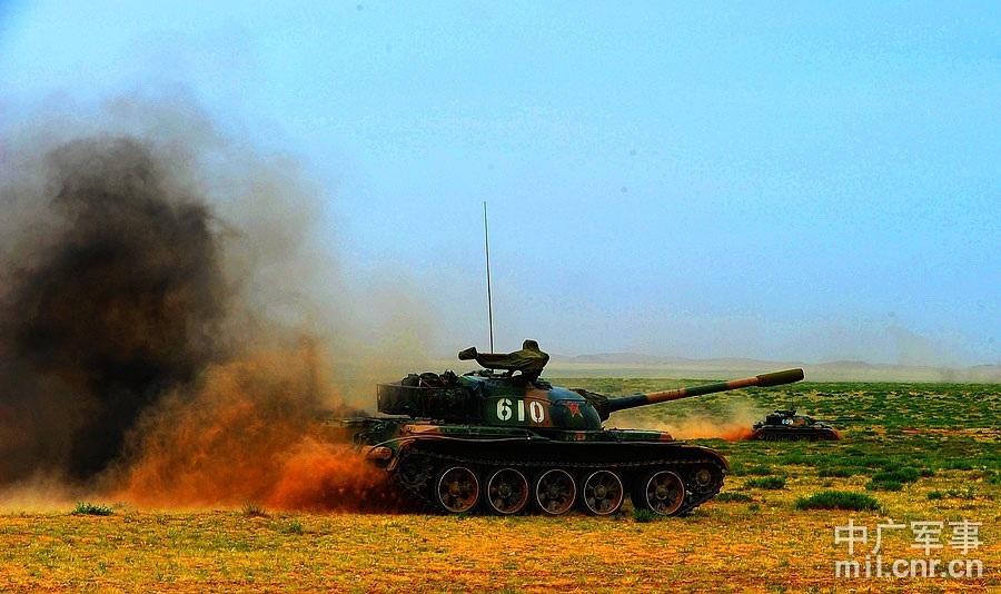坦克分队快速占领阵地 董海军摄