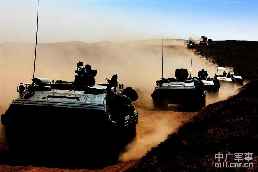 装甲分队快速向配置地域集结 董海军摄