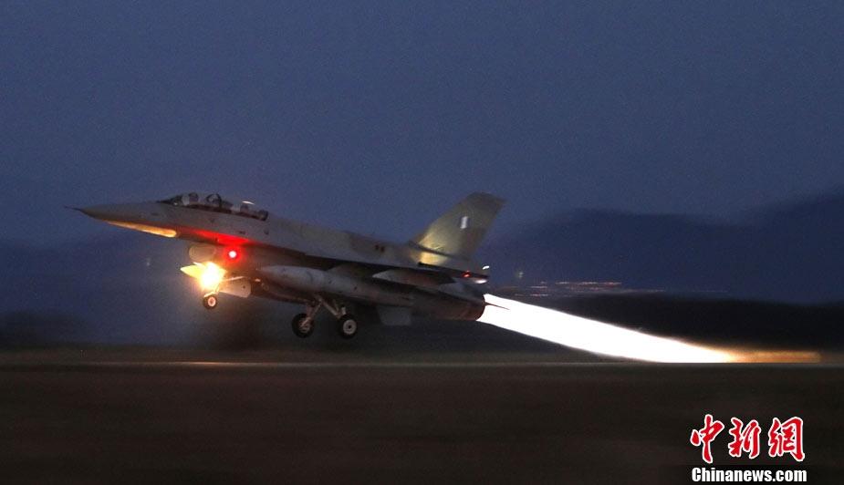 希腊两架f-16战斗机在克里特岛南部空中相撞,一名飞行员成功从飞机上