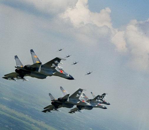 中国空军苏-27型战斗机编队飞临远海岛屿上空      图片:中国空军(摄影:沈玲)
