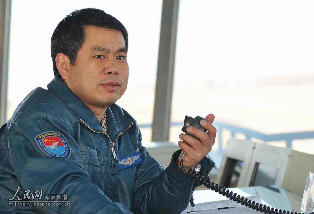 李国恩在飞行塔台指挥(资料照片)