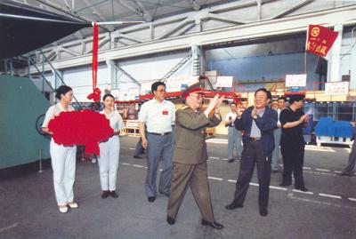 中央军委副主席刘华清视察成都飞机工业公司型号研制