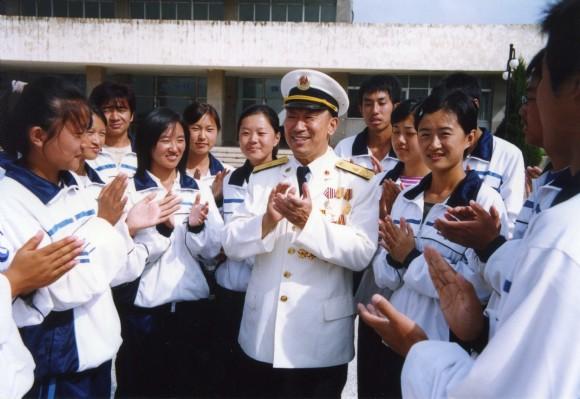 与学生们齐唱《学习雷锋好榜样》_-雷锋将军 刘德全的精彩人生 8