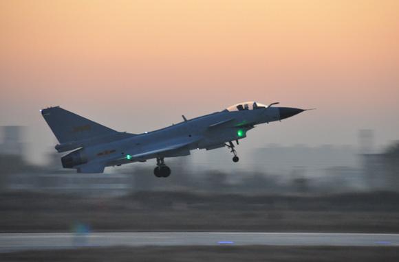 回眸:歼10在成都首飞成功 国产第三代战机一飞