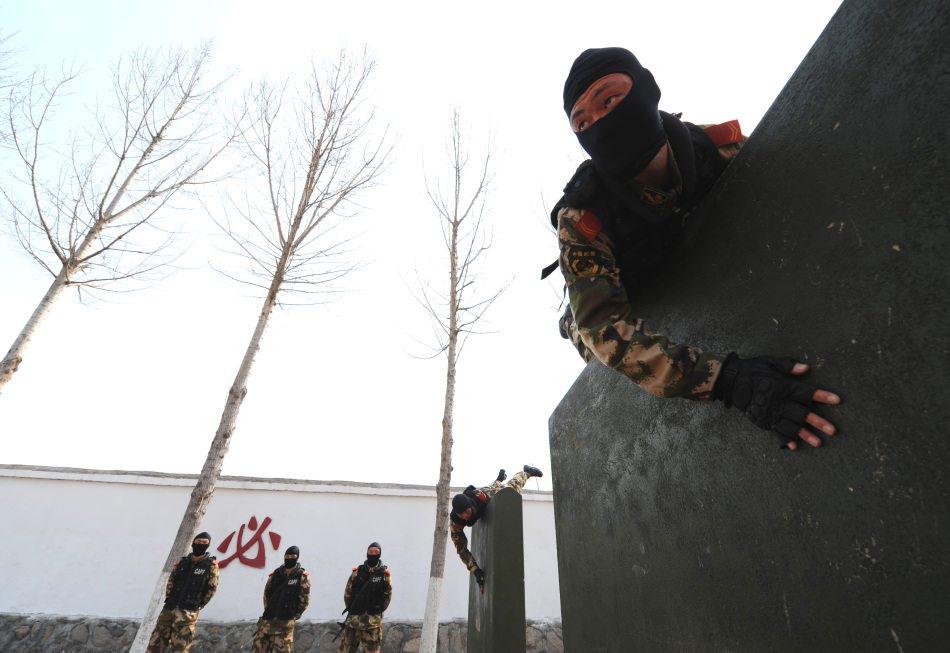 高清:驻安徽淮北武警特勤苦练反恐战技能力(3