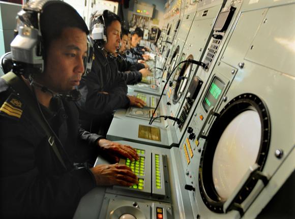 3.思想上磨练   吃苦奉献,值!选择了军队,就选择了奉献   北海舰队某港口,数艘潜艇整齐地停泊在蓝色的港湾。和煦春风里,嘹亮的潜艇兵之歌飘向耳畔。   不要问我在哪里   问我也不能告诉你   我们是中国海军潜艇兵   航行在深深的海洋里   北海舰队某潜艇基地艇员队辅机班长胡俊华,就是这支神秘队伍的一员。   胡俊华所在的后辅机舱,空间狭小,环境艰苦。他却说:再艰苦、再危险的工作总要有人去干,如果因为苦,大家都不愿意去干,工作如何开展?任务如何完成?   一次出海训练,两个压力表引起了
