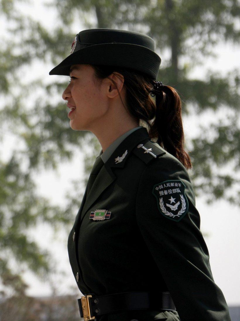 日,一名预备役女军人身著07式预备役军服.-高清 07式预备役军服图片