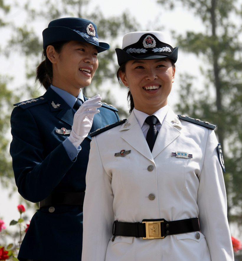 日,两名预备役女军人身著07式预备役军服.-高清 07式预备役军服图片