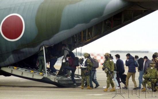 日本自卫队演练海外撤侨模拟动用军用运输机送侨民回国马艳丽和陈良宇