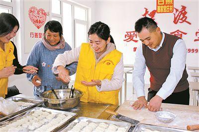 """退役军人滕兆敏:爱心撑起""""敬老大食堂"""""""