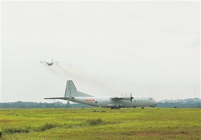 南部战区海军航空兵某团开展反潜操练